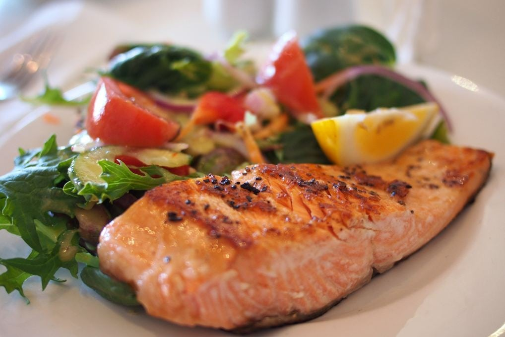 salmone e insalata di pomodori